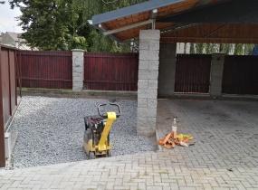 Práce na rozšíření soukromého parkoviště.